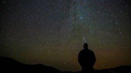 La Posada de los Sentidos te invita a la contemplación del cielo nocturno en un lugar privilegiado, donde la ausencia de contaminación lumínica permite la observación de las estrellas con ayuda de un astrónomo profesional. Vive intensamente el paraíso de la Vera también en la noche.