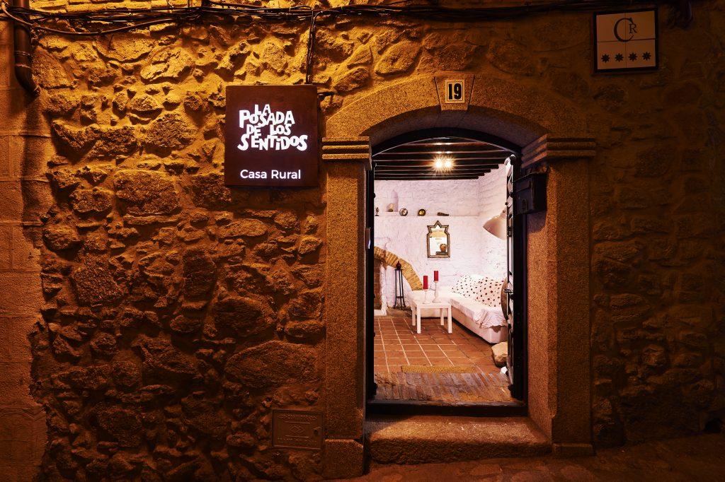 Entrada a la Casa rural La Posada de los Sentidos de 4 estrellas en la C/ Machin 19 en (10450)Jarandilla de la Vera (Cáceres) al norte de la provincia de Cáceres. Muy cerca del Valle del Jerte, Monfragüe, Hervás y Plasencia.