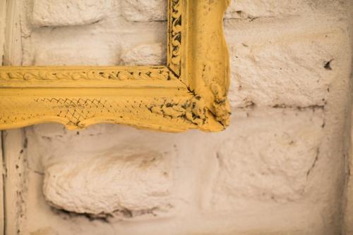 Diseño e interiorismo; detalles que marcan la diferencia como esta pared blanca de adobe en la casa rural con categoría de 4 estrellas en La Posada de los Sentidos, en Jarandilla de la Vera (Cáceres). Vendemos TURISMO RURAL: Experiencias 100% EXTREMEÑAS, emociones, ocio, motivación, relax, alegría, momentos, recuerdos nuevos, tradición, gastronomía, bienestar, salud, necesidades, amor, seguridad, familia e ilusión. Nos gustan las cosas bonitas y buenas. Nuestros clientes no compran productos, adquieren la esperanza de conseguir una satisfacción que necesitan vivir y experimentar. Empatizamos con nuestros clientes de forma consciente. No queremos una segunda oportunidad para causar una buena impresión.