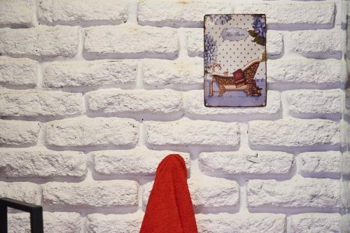¿Qué ver y hacer en Vera (Cáceres) y Alrededores ?Jarandilla de la Vera ofrece al viajero un entorno natural, ruta con orquídeas y mariposas. Una habitación romántica, luminosa. El interiorismo muy cuidado, se aprecia el adobe pintado de blanco. Ideal para una escapada con tu pareja y disfrutar de unos días juntos en Jarandilla de la Vera (Cáceres).