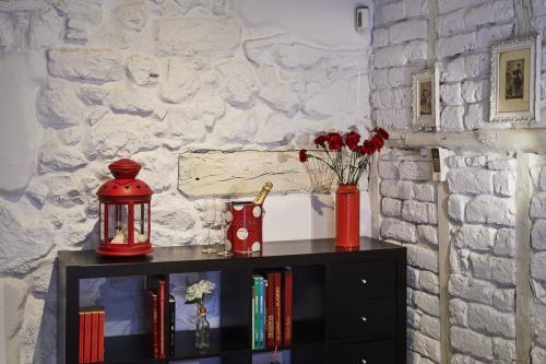 ¿Qué ver y hacer en Vera (Cáceres) y Alrededores ?Jarandilla de la Vera ofrece al viajero un entorno natural, ruta con orquídeas y mariposas. Habitación preparada para recibir una pareja que celebrará el cumpleaños del marido. Esperando que llegue la pareja romántica con flores frescas, cubitera con una botella de champagne helado y dos copas, cerezas y jamón ibérico de bellota. Casa de turismo rural con encanto y arquitectura original del S.XVI y un interiorismo muy cuidado.